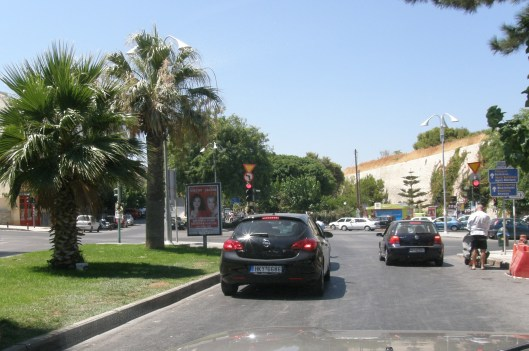 Ηράκλειο Κρήτης παράνομη πινακίδα σε νησίδα στην Οαση