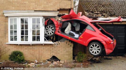 Μάρτης 2013 20χρονος Βρετανός  υπό την επήρεια αλκοόλ έχασε τον έλεγχο του αυτοκινήτου του, που απογειώθηκε και σφηνώθηκε σε σπίτι. Tρία άτομα κοιμούνταν μέσα στο σπίτι και γλίτωσαν απλά με σοκ.
