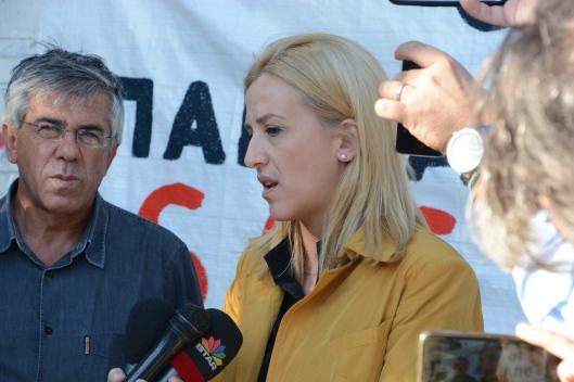 Ο εκπρόσωπος του SOS Τ.Ε. Μαν. Σταυρουλάκης και η περιφερειάρχης Αττικής Ρ. Δούρου