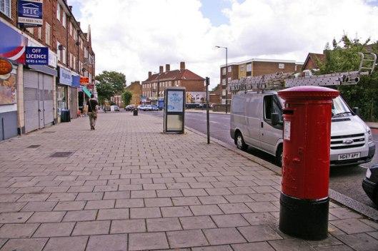 Pavement,_Bowes_Road,_London