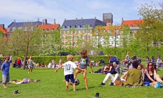 Viatorpc_Denmark_Copenhagen_people-at-the-park_1244-540x324