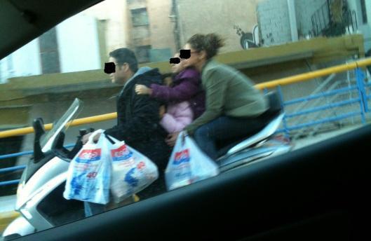 Τετραμελής οικογένεια Σαββάτο πρωί στην Αθήνα επιστρέφει απο Super Market. Τι να πρωτοσχολιάσεις;
